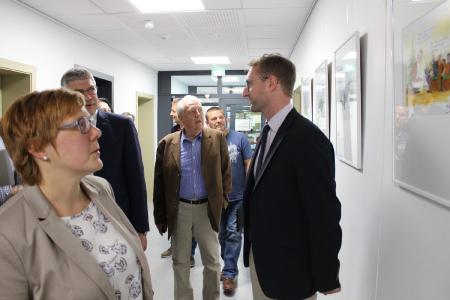 Ein erster Rundgang: Landrat Manfred Görig und Erster Kreisbeigeordneter Dr. Jens Mischak schauen sich die gelungenen Cartoons an, die im ersten Stock des Hauptgebäudes der Kreisverwaltung ausgestellt sind / Foto: Gaby Richter/Vogelsbergkreis