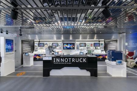Der mobile Ausstellungsraum im Erdgeschoss des InnoTrucks zeigt rund 80 verschiedene Exponate zu wichtigen Zukunftstechnologien. Foto: Footage (Audio/Video)