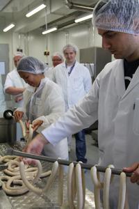 Die internationalen Teilnehmer des Summer Labs haben im DIL in Quakenbrück Würstchen produziert