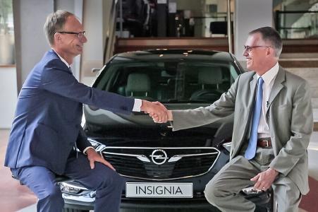 Handshake: Opel-Chef Michael Lohscheller und der Vorstandsvorsitzende von PSA, Carlos Tavares (rechts), vor dem neuen Insignia.
