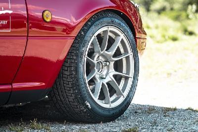 Zum 30. Jubiläum des Mazda MX-5 startete ein Modell der ersten Generation mit P Zero Reifen aus der Pirelli Collezione den Weltrekordversuch für die meisten in 12 Stunden gefahrenen Haarnadelkurven, Bildrechte: Mazda Deutschland
