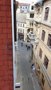 Blick vom Gebäude direkt in die Fußgängerzone Halle/Saale