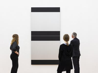 "Gäste vor Frank Gerritz' Kunstwerk ""Coded Language"". Foto: Museum Wiesbaden / Bernd Fickert"