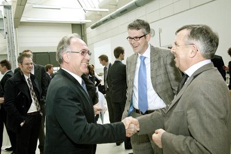 Netzwerken bringt viele Vorteile und macht zudem Spaß: Der Sprecher des Kompetenzzentrums L | A | B Prof. Christian Schäfers (2. von rechts) mit seinen Gästen beim Gründungsempfang