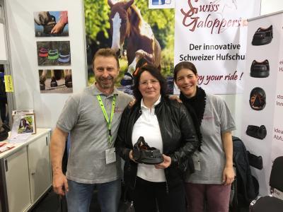Swiss Galoppers Gisela Gesk (Bm.) lässt es nicht nehmen, auf der Equitana mit Tanja Eberle   Weixelbaumer und Armin Eberle ins Gespräch zu kommen.