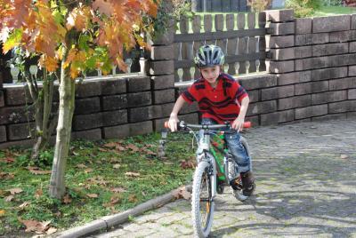 Linus mit seinem neuen Fahrrad