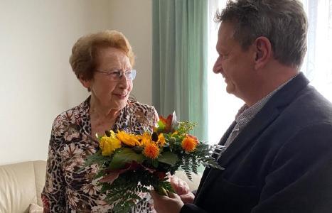 Dr. Jens Soukup, Chefarzt der Klinik für Anästhesie und Intensivmedizin, gratuliert Dr. Ingrid Hörning zum 85. Geburtstag im September