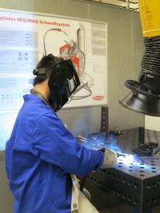 Oliver Huynh bei einer Demonstration der Schweißtechnik im Labor für Materialdesign und Werkstoffzuverlässigkeit