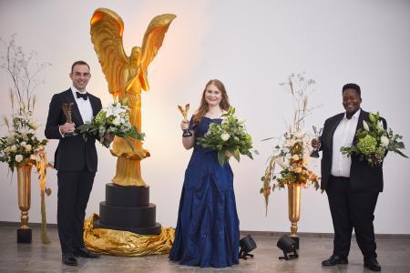 Sieger DEBUT 2020 (von links): Modestas Sedlevicius (Bronzene Viktoria), Karolina Bengtsson (Gewinnerin der Goldenen Viktoria) und Katleho Mokhoabane (Silberne Viktoria) / Bild: ©DEBUT Concerts GmbH/ Fotograf Ludwig Olah):