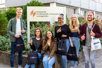 Gruppenbild Erstsemester vor HS Schild, Daumen hoch klein, Bild: HWG LU/Michael Meyer