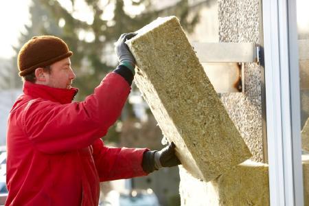 Eine Außendämmung von Dach und Fassade sorgt nicht nur für wohlige Wärme in der kalten Jahreszeit, sondern beugt dabei noch störendem Verkehrslärm vor