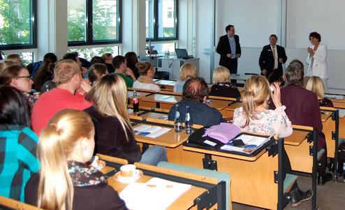 Das diesjährige Dental Forum an der Hochschule Osnabrück brachte rund 70 Vertreter der Wirtschaft und Wissenschaft sowie Studierende und Absolventen des Studiums der Dentaltechnologie zusammen. Zu Beginn der Veranstaltung begrüßte Prof. Dr. Isabella-Maria Zylla(rechts) die Referenten PD Dr. Roland Strietzel (Mitte) und Dipl.-Ing. (FH) Armin Kirsten