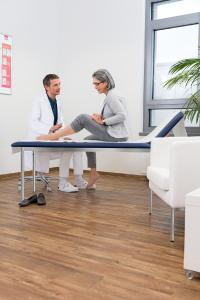 Der Besuch beim Arzt ist der erste Schritt zur Behandlung des Ulcus cruris. Er sichert die Diagnose und kann bei Notwendigkeit die passenden Produkte zur Wundbehandlung verordnen