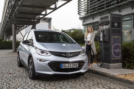"""Konkurrenzlose Reichweite: Bei einer einzigen Aufladung der 60 kWh Lithium-Ionen-Batterie sind mit dem Opel Ampera-e bis zu 520 Kilometer Fahrtstrecke (gemessen nach Neuem Europäischen Fahrzyklus) bis zum nächsten """"Tankstopp"""" drin"""