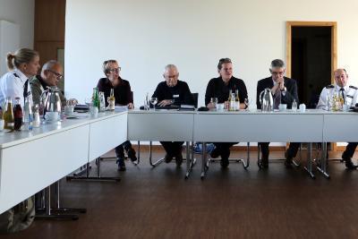 """Der """"Runde Tisch Gewaltschutz"""" traf sich erstmals unter der Leitung der Kreisbeigeordneten Stephanie Kötschau (Mitte), der Nachfolgerin von Magdalena Pitzer in dieser Funktion. Landrat Manfred Görig (2. v. r.) hatte die Sitzung eröffnet. Thema war u. a. die Istanbul-Konvention, deren Auswirkungen Heike Knauber (3. v. l.) von der Fachstelle Frauen in Not vorstellte. Opferschutzbeauftragte Denise Abersfelder (links) präsentierte die Polizeiaktion """"Zoff daheim"""" (Foto: Gaby Richter)"""