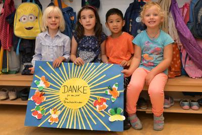 Greta, Amanda, Kim und Elise bedankten sich bei den einzahlenden Unternehmen mit einem selbstgebastelten Bild
