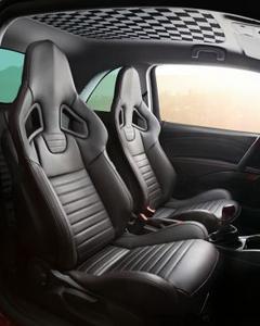 Sportstar der ADAM-Family: Im Innenraum des Opel ADAM S nehmen Fahrer und Beifahrer auf speziellen Recaro-Performance-Sitzen Platz