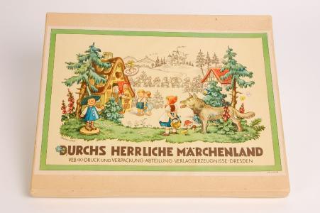 """Brettspiel """"Durchs herrliche Märchenland"""" nach Entwurf von Kurt Brandes, VEB (K) Druck und Verpackung, Abteilung Verlagserzeugnisse, Dresden, 1958. Foto: Stadtmuseum Dresden"""