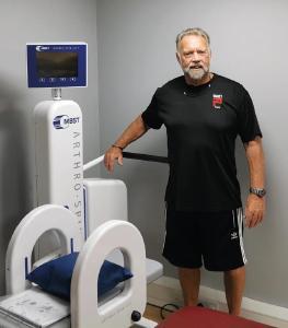 Frank Dack mit dem neu installierten MBST-Therapiegerät ARTHRO·SPIN·LIFT im S20 Physique, Sheffi eld