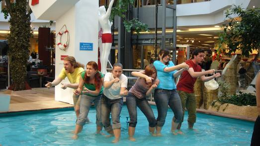 Studierende der Theaterpädagogik setzen Alltagszenen ungewöhnlich ins Bild