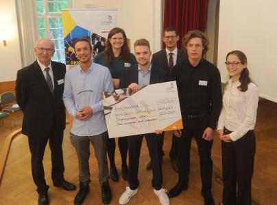 """Das Team """"fiber"""" der Friedrich-Ebert-Schule Esslingen Cem-Tibor Cen, Yannick Schwarz und Jerome Fereirra freut sich mit der Jury"""