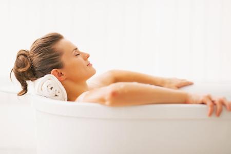 Mit dem richtigen Badezusatz müssen auch Menschen mit trockener oder sehr trockener Haut nicht auf ein wohltuendes Vollbad verzichten / Foto: djd/PREVAL Dermatica GmbH/Ihar Ulashchyk-fotolia.de