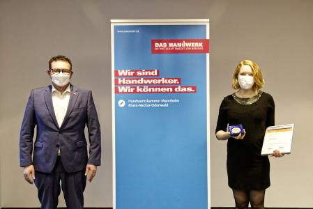 Aus der Hand von Kammerpräsident Klaus Hofmann erhielt Schreinermeisterin Maxime Krämer aus Heidelberg die Urkunde samt Medaille im Vorstandszimmer der Kammer überreicht