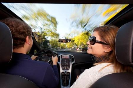 """""""Himmlische Aussichten"""" mit Panoramablick erwarten die Insassen im neuen Opel Astra GTC, wenn sie sich für die optionale Panorama-Windschutzscheibe entscheiden. Zusätzlich verschafft die exklusive Ausstattung dem dynamischen Look des Kompaktcoupés eine weitere extravagante Note"""