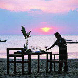 alltours Gäste können sich im Sommer 2013 über kostenlose Urlaubsevents freuen. Zum Beispiel über ein Candle-Light-Dinner im thailändischen Hotel Khao Lak Diamond Beach Resort & Spa