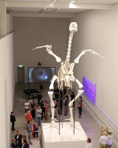 """Eines der jüngsten Projekte des Berliner Künstlers Andreas Greiner ist ein Masthuhn. Dessen Skelett steht im Maßstab 20:1 in der Berlinischen Galerie, dem Landesmuseum für moderne Kunst, Fotografie und Architektur – ein rund sieben Meter hoher 3D-Druck, der eher an einen urzeitlichen Saurier erinnert als an einen gewöhnliches """"Huhn"""""""