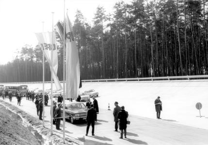 """Startschuss zum Testbestrieb: 1966 wurde das Opel-""""Prüffeld"""" in Dudenhofen eröffnet. Seitdem hat es sich zum größten und wichtigsten Test Center von Opel in Europa entwickelt. Bis heute mussten sich hier Millionen von Fahrzeugen härtesten Tests auf dem Weg zur Serienreife unterziehen"""