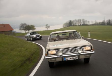 Zügig unterwegs: Opel Markenbotschafter und Tourenwagenstar Jockel Winkelhock und sein Co-Pilot, Schauspieler Tim Wilde, waren bei der Bodensee Klassik 2017 mit einem Opel Kapitän mit V8-Triebwerk am Start