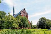 Touristische Hinweisschilder im Nordosten weisen unter anderem den Weg zum Doberaner Münster / Foto: TMV/Krauss