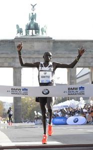 Dennis Kimetto gewinnt Berlin Marathon 2014 in neuer Weltrekordzeit mit Gummi-Technologie von Continental