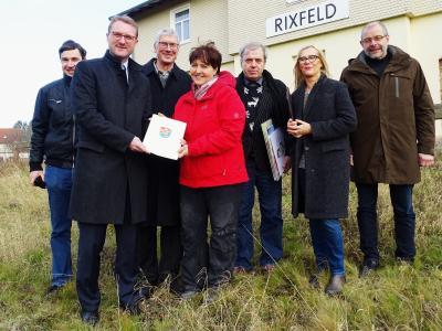 Sylvia Schodt (Vierte von links) freut sich sehr über den Bescheid für ihr Projekt Café Rosengarten im alten Bahnhof in Herbstein-Rixfeld, den ihr Wirtschaftsdezernent Dr. Jens Mischak hier überreicht / Foto: Brigitta Möllermann