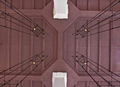 """Perfekte Symmetrie: Der Blick von unten auf die Decke im Restaurant """"Im Gütchen"""" wirkt wie ein Kunstwerk, Foto: Caparol Farben Lacke Bautenschutz/Martin Duckek"""