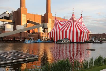 Sommerfestival der Autostadt: Stageco baut schwimmende Zirkuszelt-Bühne in Wolfsburg  (Foto: Mario Westphal)