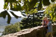 Wanderer auf dem Neckarsteig_Blick auf den Neckar