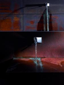 Besondere Wasserstellen: Cascade und Footwash. Die Verortung der ITA Waschtisch-Armatur (Ausladung 185 mm) als archaische Dusche und als Platz zur Fußwaschung.