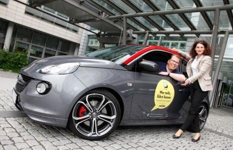 """""""Wer teilt, fährt besser"""": Opel-Marketingchefin Tina Müller und Dr. Jan Wergin, Direktor Opel Community Carsharing, stellten heute die neue, innovative Carsharing-Community """"CarUnity"""" vor"""
