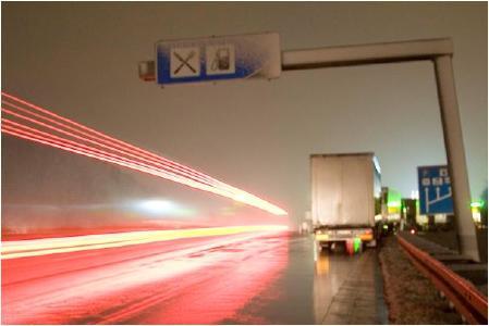 Lkws parken in überfüllten Autobahn-Raststätten bis in die Autobahn hinein mit der Folge regelmäßiger tragischer Auffahr-Unfälle
