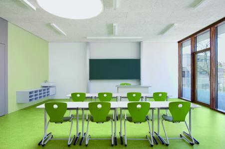 """Grüntöne an Boden, Wand und beim Mobiliar: So fühlen sich Schüler und Lehrer wohl und identifizieren sich mit """"ihrem"""" Klassenzimmer. Bis auf die flurseitigen Wandflächen im entsprechenden Grünton sind die restlichen Wände in Weiß gehalten, um eine konzentrierte Lernatmosphäre zu schaffen"""