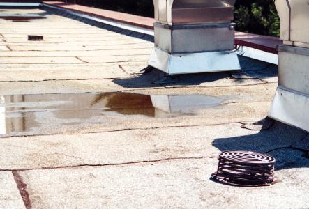 Auf diesem schlecht gewarteten Flachdach droht beim nächsten Starkregen die Überflutung