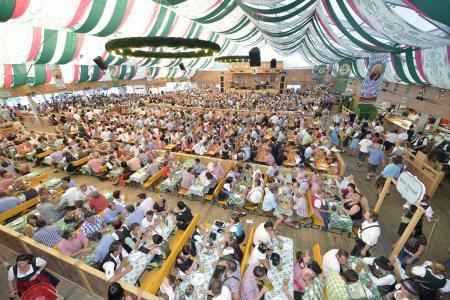 Komfort pur: Das Gäubodenvolksfest in Straubing bietet mehr als 26.500 extra bequeme Sitzplätze auf Bänken mit Rückenlehnen und erhöhte Boxenbereiche in sieben Bierzelten. Foto: obx-news/Fotowerbung Bernhard