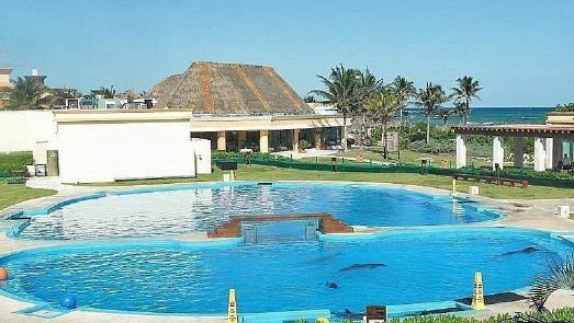Der Delfinpool im Gran Bahia Principe Tulum Hotel in Mexiko - wenige Meter vom natürlichen Lebensraum der Meeressäuger entfernt