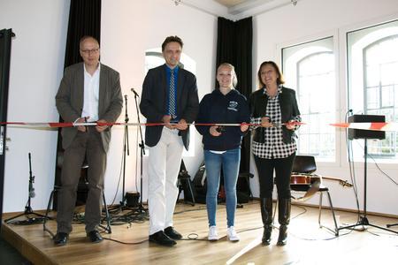 Eröffneten gemeinsam die Caprivi-Lounge (v.l.): Jürgen Hinse, Andreas Bertram, Jessica Vossel vom Lernmittelreferat und Marie-Luise Rehn