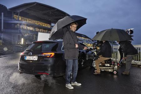 Mit Schirm und Charme: Jürgen Klopp hatte beim Dreh für die neue Insignia-Kampagne trotz britischem Wetter viel Spaß © GM Company