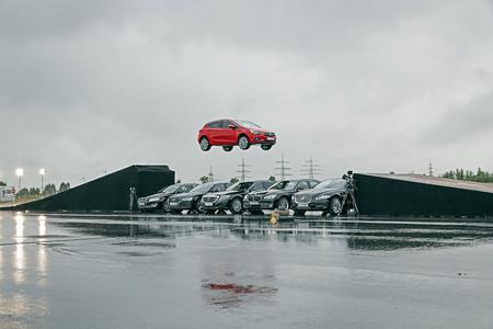 Der Quantensprung: Ein außergewöhnliches Video zeigt den Opel Astra im Sprung über die Oberklasse © GM Company