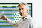 Axel Hördt, Head of Application Center Building bei Schneider Electric stellt das intelligente Energiemanagement auf dem EUREF-Campus vor