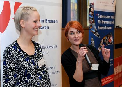 Lisa Hardtke und Miriam Engelhardt vom Friseur UBEO erläutern ihre betrieblichen Umweltschutzmaßnahmen beim Jahresempfang der Bremer Umweltpartnerschaft.